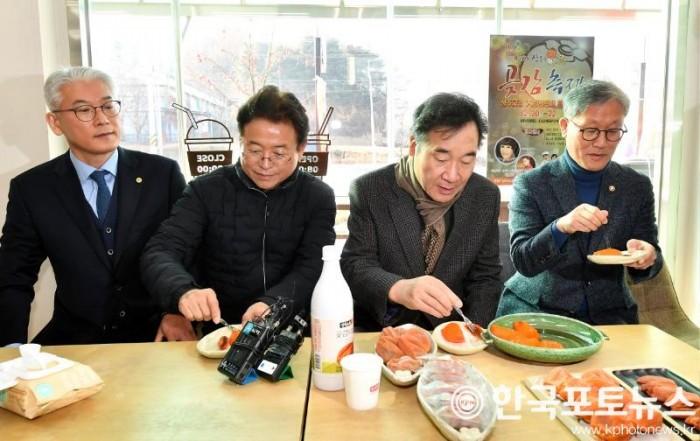 총리_상주곶감유통센터방문(시식).jpg