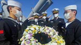 """""""천안함 46용사의 희생과 헌신을 기억하며,  이 바다를 굳건히 사수하겠습니다"""""""